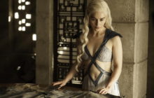 FAN NIVEL: EMILIA CLARKE SE TATUÓ PARA CELEBRAR A GAME OF THRONES